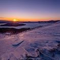 美幌峠からの日の出。雪面にできたシュカブラの陰影が最も美しくなる瞬間です。 −10℃以下の突風が吹き荒れるので、防寒対策必須です。