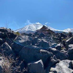 溶岩よりも後ろの浅間山に目がいってしまう鬼押出し園👹