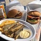 西伊豆、戸田の道の駅、くるら戸田でとった昼食。マグロカツバーガーも美味しいけれど、メヒカリ(深海魚)のフライがあっさりほくほくしていて、お勧めです。