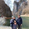 中尊寺金色堂を拝観後、日本三大渓の猊鼻渓(げいびけい)にて舟下りを体験しました。 船頭さんがげいび追分などの民謡を歌って下さったり、鴨に餌をあげたりなど子供も楽しめました。