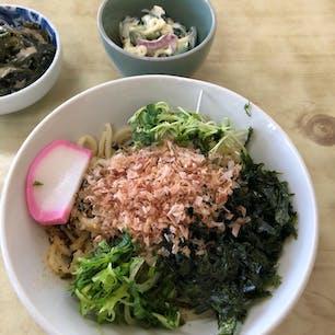 西伊豆、松崎町にある喜久家食堂で、温かいしおうどんをいただきました。ローカルフードなのかな?かつおぶしと海苔、わかめの磯の香りと味を満喫しました。豪快に混ぜて食べるのがポイントだそうです。