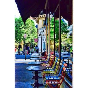 フランス、パリのcafeで。
