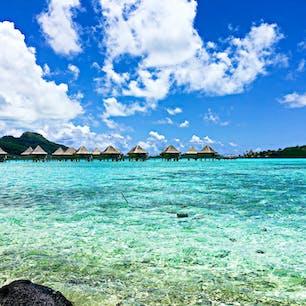 タヒチ、ボラボラ島。 蒼すぎる海に癒されます。