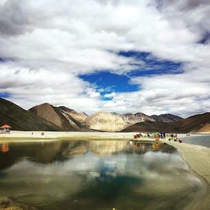 インド、ラダック のパンゴンツォという湖。 きっとうまくいくというインド映画の舞台になったところ。