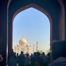 ちょうど一年前はインド旅行🇮🇳 一度は行ってみたかった国。  この白いタージマハルが見えたとき感動したなあ〜 水面に映る景色が有名なのに、この日はなぜか水がなかった🤷♀️