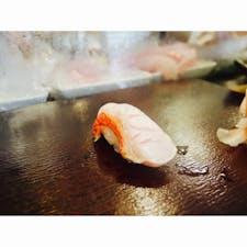 【熱海】寿し忠  熱海銀座にあるお寿司屋さん 美味しかった  カウンター席で目の前で握ってもらうの好き お醤油もいい感じにつけてくれるから 1番美味しくいただける気がする  鯵のたたき頼んだら 水槽から出した新鮮なものを捌いてくれた  #静岡° #熱海 #旅行ごはん°