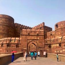 タージマハルからすぐのアグラ城塞も赤土色が素敵でした🤎  タージマハルを作ったシャー・ジャハーンが幽閉されて、ここから小さく見えるタージマハルを見ていたと思うと、なんだか切ない気持ちになった、、😢