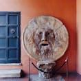 【イタリア🇮🇹】ローマ  真実の口  行くのにめちゃめちゃ道に迷って 写真撮るのにめちゃめちゃ並んだ記憶があります。  ちなみに最近アマゾンプライムで ローマの休日を見つけたので久しぶりに見ました。 歴史ある物っていいですね。   #イタリア° #ローマ #真実の口 #2017/02/20