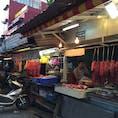 ホーチミンの市場通り、気温は30度以上あるのに、肉の塊を外にぶら下げて販売中 #ベトナム #ホーチミン