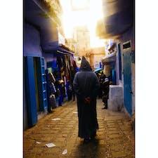 モロッコ、シャウエンの街中。 ベルベル人の後ろ姿が哀愁がある。