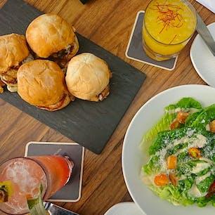 ハワイ Sky Waikiki🍹 ループトップバーからピンク色のロイヤルハワイアンホテルが良く見えた❤︎ ご飯もお酒もおいしくて居心地抜群! 事前にネットで予約したのでスムーズでした。