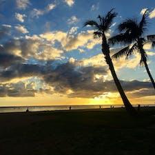 ハワイ アラモアナビーチパーク ど定番だけどハワイの夕日が好きです🧡 2回目のハワイでは、アラモアナビーチパークとカピオラニビーチパークから夕日を見ました☺️