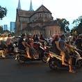 ベトナム歳末の風景。みんなどこに行くのかな。それにしても3人乗りバイクの比率❗️ #ベトナム #ホーチミン #歳末
