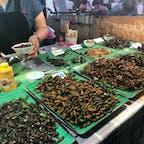 【タイ🇹🇭】バンコク  人生2回目の虫  タラートロットファイ・ラチャダーにて 真ん中の丸めの虫をチョイス  個人的にはビールとの相性抜群なので あれば積極的に買うくらいには好きです。  虫を食べている...! という感じはしません。 まだ食べたことのない酒好きの方にはおすすめです。  #タイ° #バンコク #タラートロットファイラチャダー #2019/02/01 #旅行ごはん°
