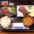高知(明神丸) ・ ・ 初めて塩で食べたけどタレより塩派になった瞬間!こんな美味しいカツオのたたき初めて🥺