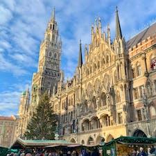 ミュンヘン マリエン広場🇩🇪 クリスマスシーズンのドイツは最高!の一言。 夜にはこの写真の新市庁舎の塔にも上り、上から賑わうマーケットを眺めることもできました😌