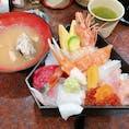 石川県(市場寿司本店) ・ ・ 奮発してお高めの海鮮丼食べちゃいました(笑) 初のどぐろ!しあわせ〜