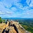 カンボジア、プレアビフィアの遺跡にある崖。