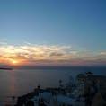 地中海に沈む夕陽 サントリーニ島、ギリシャ  イアからの眺めですが、私の前にはたくさんの人、人、人。人が写真に入らないようにするのに苦労した記憶があります。