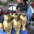 ベトナム陶器の里、バッチャン村。 ワールドカップサッカーの年だったのでトロフィーのレプリカが至る所で売られてた。買う人いるのかな? #ベトナム #Bat_Trang