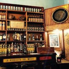 ハバナ、キューバ  正面の棚には、アーネスト・ヘミングウェイの直筆サインとともに、彼の愛したバーの名とカクテルの名が。。ここはその一つ。  My mojito in La Bodeguita. My daiquiri in El Floridita. Ernest Hemingway