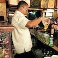 ハバナにあるバー、La Bodeguita  ヘミングウェイの助言にしたがって、本場のモヒートを一杯。