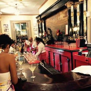 ハバナにあるバー、El Floridita  ヘミングウェイの助言にしたがって、ダイキリを一杯。  みんなダイキリ飲んでいるのです。。  日本でいうと、池波正太郎さんの贔屓にしていた店を巡るような感覚でしょうか??