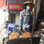 ブンチャーハノイの具材を調理するおばさん。店の前の炭火コンロで大量の豚肉を焼く。あたり一面に良い匂いが漂う。 #ベトナム #Ha_Noi