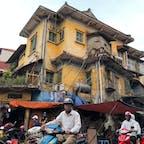 ハノイ下町ブラブラ歩き。黄色い家とバイクのおじさん。 #ベトナム #Ha_Noi #Dien_Bien