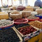 【ウズベキスタン🇺🇿】サマルカンド  シヨブ・バザール  何かわからない実がたくさん。 これ食べろこれもどうだと色々試食させてくれたけど 結局美味しいと思うものはなく、、。  #ウズベキスタン共和国° #サマルカンド #シヨブバザール #2017