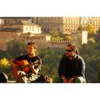 スペイン、アルハンブラ宮殿の前で「アルハンブラ宮殿の思い出」を弾いている。