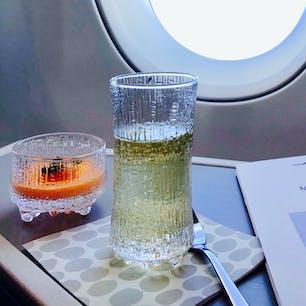 フィンエアーの機内はフィンランドデザインに会える場所。 マリメッコだけではありません。イッタラのグラス。氷のとける様子を表現したデザインのようです。見ているだけで涼しくなれます。