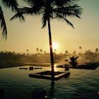 ゴア、インド  インド洋に沈みつつある夕陽とインフィニティプール。 水田に囲まれたホテルですが、土手を焼いている煙が。。。それがまた良かったりして。