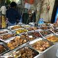 路上の飯屋。おかずを選ぶとごはん、スープ、生野菜がセットになった定食で出してくれる。 #Myanmar #Yangon