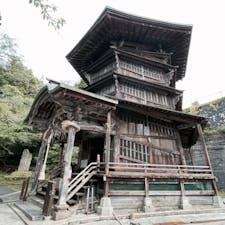 螺旋階段が斜めなので、外から見ても窓が斜めになってます。 #さざえ堂 #会津