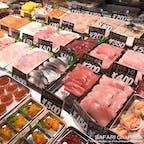 北海道釧路市・和商市場の名物「勝手丼」の販売が再開されました!ご飯の入った丼を持って市場内をウロウロ。お財布と相談しながら、好きなネタを好きなだけ盛り付けていく夢のような丼です!現在は1つずつラップで個装されており、盛り付けもお店の方がしてくれるので安心して利用できます♪#北海道 #釧路市 #和商市場 #勝手丼