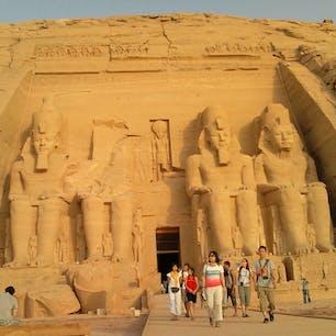 エジプトの代表的な遺跡 アブ シンベル大神殿  近くにある 小神殿  スケールが大きいとかの 問題ではなく 想像を超える 人力で 造られたとは思えない