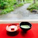 金閣寺不動堂茶所  抹茶と和三盆 和三盆には金閣寺と金箔が施されていました。  風通しが良くとても気持ちのいいひと時でした。