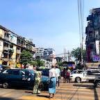 【ミャンマー🇲🇲】ヤンゴン  渡りたい時に渡りたい場所で渡る、 横断歩道信号一切無視。 国道の様な大きくて車がばんばん走る道でさえ 彼らは横切って渡ってしまう。 それが彼ら流。  1週間ずっとヤンゴンいたけど 自分道路渡るの下手だし全く慣れないし 海外旅行で初めて軽くストレスだった。  #ミャンマー° #ヤンゴン #2019/02/07