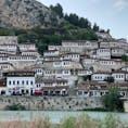 """アルバニアの""""千の窓を持つ街""""ベラト。ジロカストラと一緒に世界遺産に登録されてます。ジロカストラとはまた違った風情があります。"""
