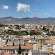 キプロス・ニコシアにて、南側(ギリシャ)から北キプロス(トルコ)を臨む。ニコシア(レフコシア)はグリーンラインにて南北を分断されており、現在はボーダーでのパスポートチェックのみで自由に行き来できます。北キプロスのほうが南より若干物価が安く、通貨も南はユーロですが北はトルコリラです。