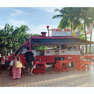 フランス領ポリネシア(タヒチ)・パペーテのルロット。移動式屋台で、夕方17〜18時頃になると広場に何台も集まってきて開店します。ボリュームのあるローカルフードが安く食べられます。