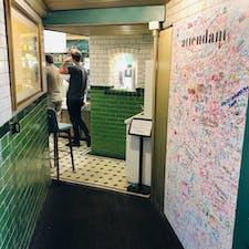 ロンドン、アテンダント ここはその昔、公衆トイレだったとか。 今はカフェ