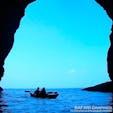 小樽市塩谷にあるブルーホリックが主催するシーカヤックで行く青の洞窟ツアー。コロナ対策のため、今年は完全プライベートツアーで催行されています。ガイドと同行者のみで大自然を楽しめる海のアクティビティとして人気を集めています!#北海道 #小樽市 #青の洞窟ツアー #シーカヤック