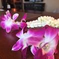 ペニンシュラバンコク チェックイン時にタイでよく見かける花飾り「マーライ」をもらいました。 白いジャスミンのいい香りと蘭の華やかな色でテンションが上がります。