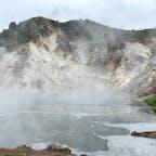 大湯沼と日和山。 沼底では約130℃の硫黄泉が噴出しているそうです。 少し上がった所には日和山展望台あり、そちらもオススメです。  #北海道 #登別 #大湯沼