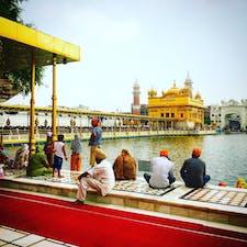 インド、アムリトサル。 シーク教の聖地、黄金宮殿は入場に10時間待ちとか。