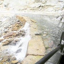インド、レー→マナリの6000mの山越え二つ。ヒマラヤ山脈を縦横無尽に走るバスでこれは一応車道です。 道なき道や、こんな川みたいに山から水が流れます。崖の上からバスが転がり落ちるのもしばしば。 とってもデンジャラスなバス旅。