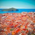 オレンジの屋根が特徴的な街並みはヨーロッパにはいくつかありますが、なかでもクロアチア・ドゥブロヴニクは、海の青と島の緑が美しく、コントラストが眩しいところです。 空路の場合、イタリアのベネチア・ミラノあたりから飛ぶと、安く行けますよー(^^)