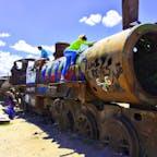 ボリビア、ウユニ塩湖近くの列車の墓場。